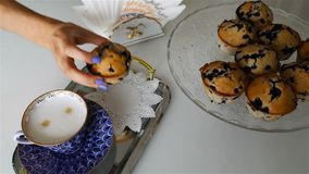 Um queque foi posto sobre uma bandeja de prata com uma xícara de café filme