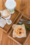 Um queque, um coffe do leite e um chá Imagem de Stock Royalty Free