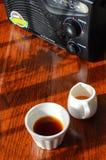 Um rádio um a xícara de café e um potenciômetro do huney Imagens de Stock