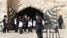 Um rabino Hasidic ortodoxo do judeu com seus estudantes na parede ocidental no Jerusalém Israel vídeos de arquivo
