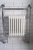 Um radiador do banheiro do cromo Fotos de Stock Royalty Free