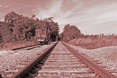 Um railcar solitário nas trilhas de estrada de ferro Imagem de Stock Royalty Free