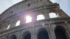 Um raio de passagens do sol através dos arcos do Colosseum em Roma, Itália filme