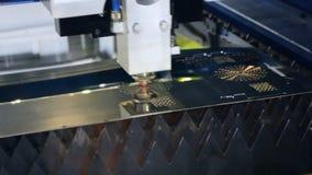 Um raio laser corta a chapa metálica na fabricação vídeos de arquivo