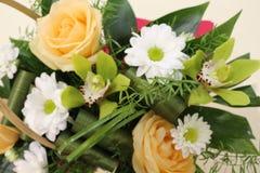Um ramalhete bonito das rosas, dos cris?ntemos e das orqu?deas apelar? a cada mulher Sua fragr?ncia real conquistar? o cada imagens de stock