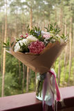 um ramalhete bonito de flores cor-de-rosa e brancas em um fundo da floresta Imagens de Stock