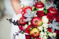 Um ramalhete bonito de máscaras vermelhas para a noiva Imagem de Stock Royalty Free