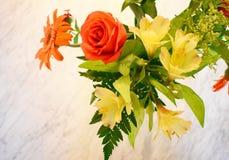 Um ramalhete brilhante no mármore Fotos de Stock Royalty Free
