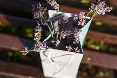 Um ramalhete da alfazema de florescência delicada perfumada em um pacote de papel em um banco de madeira em Paris em França em um Imagem de Stock