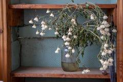 Um ramalhete das flores em um frasco foi tomado fotos de stock royalty free