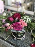 Um ramalhete das flores em um potenciômetro imagens de stock royalty free