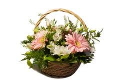 Um ramalhete das flores em uma cesta Fotos de Stock Royalty Free