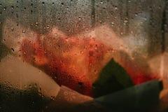 Um ramalhete das flores na loja atrás do vidro misted fotos de stock royalty free