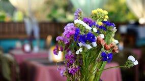 Um ramalhete das flores na tabela Imagens de Stock Royalty Free