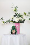 Um ramalhete das rosas brancas em um vaso Foto de Stock