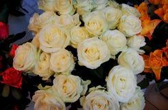 Um ramalhete das rosas brancas imagens de stock royalty free