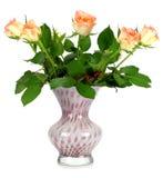 Um ramalhete das rosas em um vaso de vidro em um branco Imagens de Stock Royalty Free