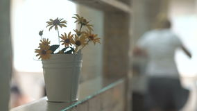 Um ramalhete de flores amarelas em uma cubeta decorativa video estoque