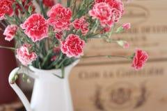 Um ramalhete de flores bonitas em um jarro imagem de stock royalty free