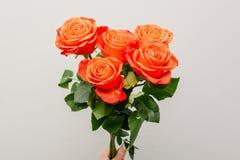 Um ramalhete de flores brilhantes Rosas coloridas frescas na mão da menina Close-up das flores Flores para a mam? O conceito do c foto de stock royalty free