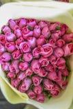 Um ramalhete de rosas cor-de-rosa em um mercado da flor Foto de Stock Royalty Free