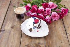 Um ramalhete de rosas cor-de-rosa frescas e de um vidro do café Fundo de madeira Espaço livre para o texto ou os cartão Envelope  Foto de Stock Royalty Free