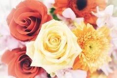 Um ramalhete de rosas vermelhas amarelas doces floresce a flor foto de stock royalty free