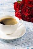 Um ramalhete de rosas vermelhas em uma tabela Fotos de Stock Royalty Free