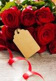 Um ramalhete de rosas vermelhas em uma tabela Imagem de Stock