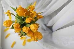 Um ramalhete de tulipas amarelas em um vaso na soleira Um presente t Imagens de Stock Royalty Free