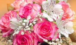 Um ramalhete do casamento bonito floresce, rosas cor-de-rosa Fim acima imagens de stock royalty free