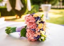 Um ramalhete do casamento com uma variedade de flores e lotes das cores imagens de stock