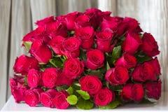 Um ramalhete redondo de rosas vermelhas Fotografia de Stock