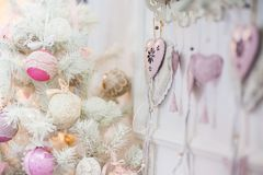 Um ramo de uma árvore de Natal decorada com ornamento foto de stock royalty free