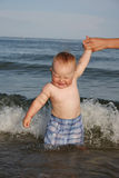 Um rapaz pequeno é at-sea banhado Imagem de Stock Royalty Free