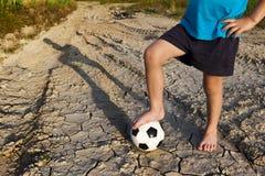 Um rapaz pequeno com futebol Deixe-nos jogar! Imagem de Stock