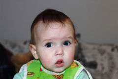 Um rapaz pequeno com uma cara surpreendida fotografia de stock royalty free