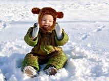 Um rapaz pequeno em um chapéu bonito do inverno foto de stock royalty free