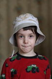 Um rapaz pequeno em um tampão Imagem de Stock