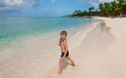 Um rapaz pequeno em uma praia tropical Fotos de Stock