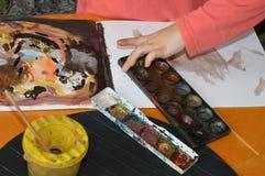 Um rapaz pequeno está pintando ao estilo da arte abstrato Foto de Stock Royalty Free