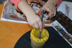 Um rapaz pequeno está pintando ao estilo da arte abstrato Imagens de Stock Royalty Free