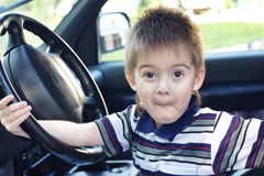Um rapaz pequeno joga Imagens de Stock Royalty Free