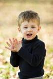 Um rapaz pequeno que aplaude Fotos de Stock