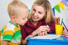 Um rapaz pequeno tira com a mãe Lazer da família fotografia de stock royalty free