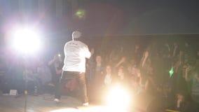Um rapper preto na fase concert Cheering Vista da fase Um rapper preto na fase concert Cheering filme