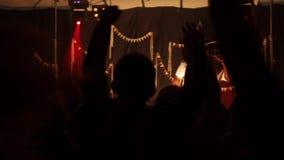 Um rapper preto na fase concert Cheering Vista da audiência lighting Fumo da fase Um rapper preto na fase video estoque