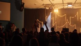 Um rapper preto na fase concert Cheering Vista da audiência lighting Fumo da fase saltar Um rapper preto na fase filme