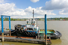 Um reboque-barco pequeno amarrado em um molhe em Vancôver Fotos de Stock Royalty Free