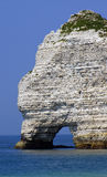 Um recife no mar atlântico em Normandy imagem de stock royalty free